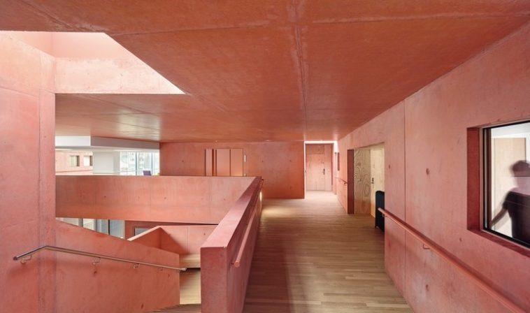 facettenreiche architektur dank farbiger pigmente farbr ume mit beton db deutsche bauzeitung. Black Bedroom Furniture Sets. Home Design Ideas