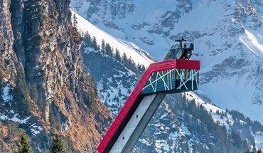 Die_Heini-Klopfer-Skiflugschanze_ist_eine_Skiflugschanze_außerhalb_des_Allgäuer_Ortes_Oberstdorf_(Bayern)_im_Stillachtal_(Birgsautal)._Die_Schanze_liegt_in_unmittelbarer_Nähe_zum_Freibergsee._Sie_ist_zurzeit_eine_der_größten_Skiflugschanzen_der_Welt_mit_e