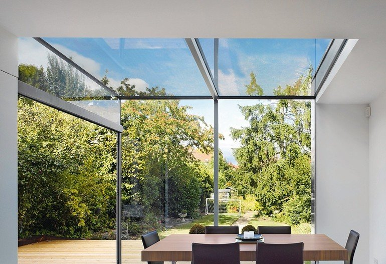 Dining_room_in_a_modern_extension_with_glass_roof.