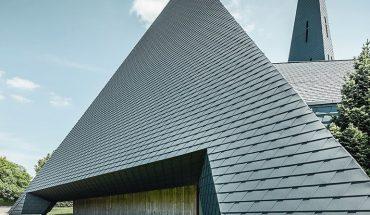 Die_Sanierung_der_1967_erbauten_und_in_die_Jahre_gekommenen_Mater_Dolorosa-Kirche_in_Langenau_stellte_Architekt,_Handwerker_und_auch_die_Kirchengemeinde_vor_jede_Menge_komplexer_Herausforderungen.
