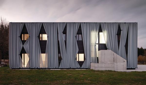 zweifamilienhaus in kronstorf a vorhangfassade db deutsche bauzeitung. Black Bedroom Furniture Sets. Home Design Ideas
