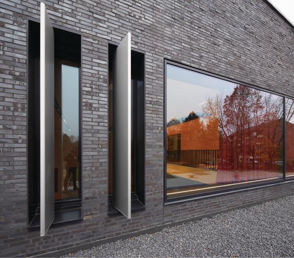 schulsporthalle mit kulturforum in hamburg dunkler stein auf dem schulhof db deutsche bauzeitung. Black Bedroom Furniture Sets. Home Design Ideas