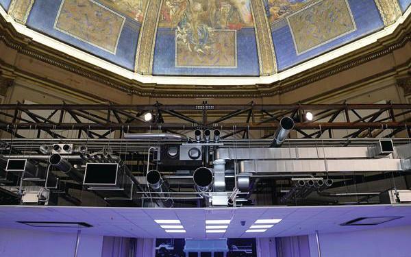 [1] Die Hauptausstellung »Fundamentals« beginnt mit einem Paukenschlag: Die ausgemalte Kuppel im Eingangsoktogon wurde mit einer aufgeschnittenen Technikdecke samt Kabelschächten und Lüftungsrohren verhängt