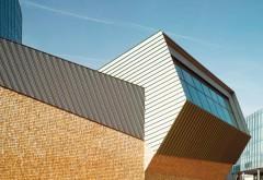 [1] Ein nach Norden orientiertes Fenster zum Himmel versorgt das Podium mit Tageslicht