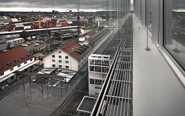 [1] Vom Hochhaus der Kunsthochschule (HGK) aus schweift der Blick über das frühere Zollfreilager hinweg in Richtung Innenstadt. Mit der Tram sind es vom Bahnhof aus nur gut fünf Minuten