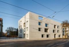 [1] Mit schrägen Dachkanten vermittelt der Baukörper zwischen den unterschiedlichen Höhen seiner Nachbargebäude