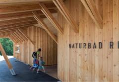 [1] Eingangsbereich: Der symbolisierte Holzzaun besteht aus einer Holzskelettkonstruktion, die über eine Holzzangenbauweise das Dach und die Lärchenholzfassade miteinander verbindet