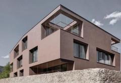 [1] Bei geöffneten Jalousien bestimmen die unregelmäßig in den Baukörper geschnittenen Fensteröffnungen und Loggien das Erscheinungsbild Foto: Gustav Willeit