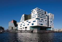 [1] Wenige Hundert Meter nordwestlich des Amsterdamer Hauptbahnhofs erhebt sich der neue Gebäudekomplex »IJdock« aus dem Wasser. In den beiden prominentesten Gebäudeteilen residiert die Gerichtsbarkeit Foto: Sonia Mangiapane, Amsterdam