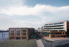[1] Mehr und mehr drängt der Wohnungsbau an das von Sturmfluten bedrohte Elbufer. Einst ein gewagtes Unterfangen, ist diese Bauaufgabe heute technisch wie konzeptionell lösbar Foto: Klaus Frahm, Berlin