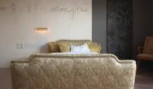 [1] Wie sich mit gebrauchten Möbeln ein Hauch von Grandezza erzeugen lässt, zeigt die Bildhauerin Esther Irina Pschibul im Zimmer »Grande Dame« Foto: Grandhotel Cosmopolis e.V.