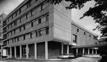 [1] Fein austarierte Gebäudekomposition: Der Kanzleitrakt links zeigt sich mit horizontaler, der Residenzflügel rechts mit vertikaler Fassadengliederung
