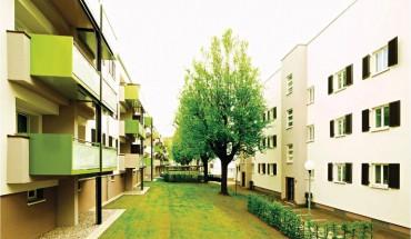 [1] Die langgestreckten Wohnriegel stehen aus heutiger Sicht ungewöhnlich eng. Durch die leichte Hanglage erhalten sie dennoch genug Licht