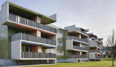 [1] Das mäandernde Balkonband mit den auffallenden Brüstungen aus gefaltetem Aluminiumblech dominiert die Ansicht. Ein Farbgestalter sorgte u. a. dafür, dass die Markisen mit der Fassade harmonieren