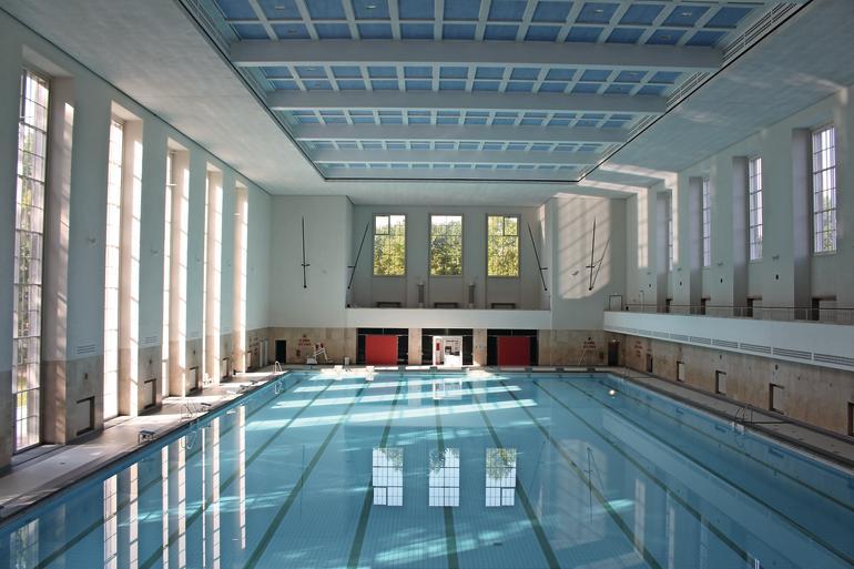Db leser in der schwimmhalle db deutsche bauzeitung for Finckensteinallee schwimmbad