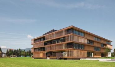 [1] Die schachbrettartig gegliederte Fassade lässt erahnen, dass das Bürogebäude aus Raummodulen mit gleichen Abmessungen besteht Foto: Christian Flatscher, Innsbruck