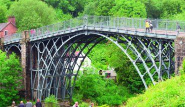 Die »Iron Bridge« über dem Fluss Severn, die erste große gusseiserne Brücke