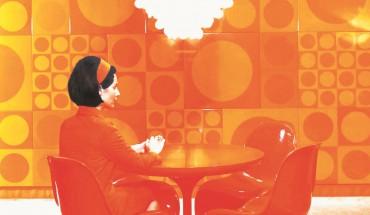 Anhand des Panton-Stuhls, einem der bekanntesten Möbel der Designgeschichte, lässt sich die Entwicklungsgeschichte des Kunststoffs nachvollziehen.