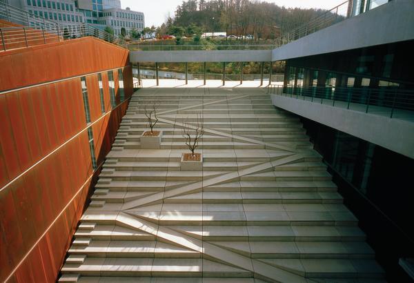 Studentenzentrum in daejeon meister des perspektivischen for Architektur rampe