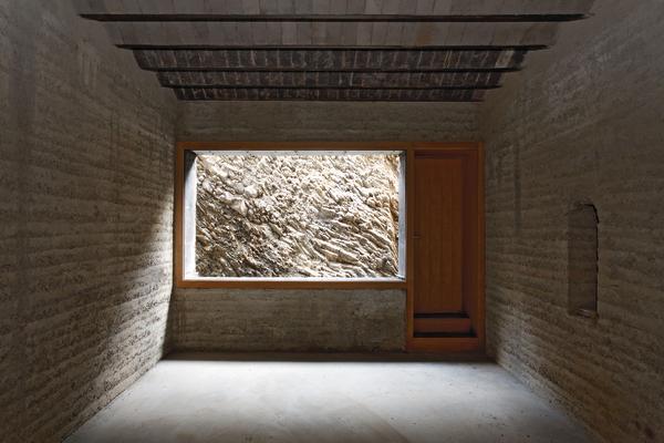 In Der Küche Kontrastieren Polierte, Mattschwarze Keramikelemente Mit Dem  Samtigen Lehmputz Der Wände