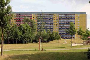 Sanierte Plattenbauten in Großwohnsiedlung Leipzig-Grünau