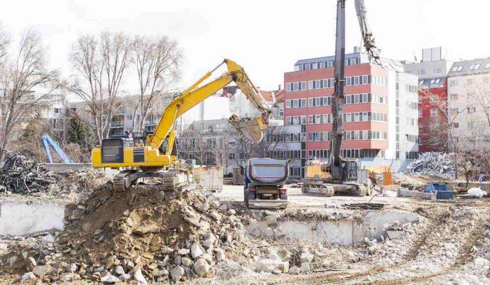 Abriss mit Bagger von Gebäuden im Stadtgebiet
