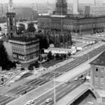 Zum_Beitrag:_Eine_Brücke_-_Geburtshelfer_für_Berlin-Geschichten_um_den_Mühlendamm_ADN-ZB_Sturm-13.9.78.bb_Berlin-Mühlendammbrücke._In_der_Bildmitte_das_Rote_Rathaus,_im_Hintergrund_rechts_der_Hochkörper_des_Hotels_