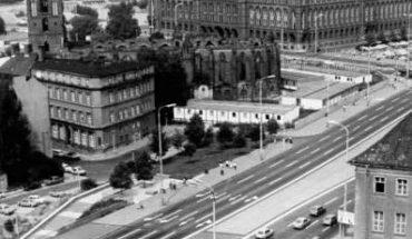 """Zum_Beitrag:_Eine_Brücke_-_Geburtshelfer_für_Berlin-Geschichten_um_den_Mühlendamm_ADN-ZB_Sturm-13.9.78.bb_Berlin-Mühlendammbrücke._In_der_Bildmitte_das_Rote_Rathaus,_im_Hintergrund_rechts_der_Hochkörper_des_Hotels_""""Stadt_Berlin""""._(Bitte_beachten_Sie_hierz"""