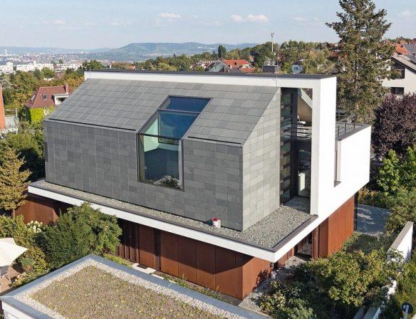 Zum_Nordwesten_präsentiert_sich_das_Bauwerk_von_seiner_monolithischen_Seite_mit_grünem_Schiefer_an_Dach_und_Wand._Foto_Rathscheck_Schiefer