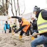 Studierende beim Bau eines Pavillons aus Recycling-Beton
