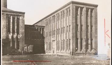 Poelzig Hans  (1869-1936), Annagrube. Transformatorenhaus: Ansicht (von Inv.Nr. 2713). Buntstift über Foto auf Papier, 11,50 x 17,50 cm (inkl. Scanrand). Architekturmuseum der Technischen Universität Berlin Inv. Nr. F 1568.