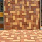Pflasterklinker an Boden und Fassade
