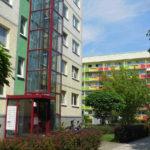 Plattenbau mit außenliegendem Aufzug in Großwohnsiedlung Leipzig-Grünau