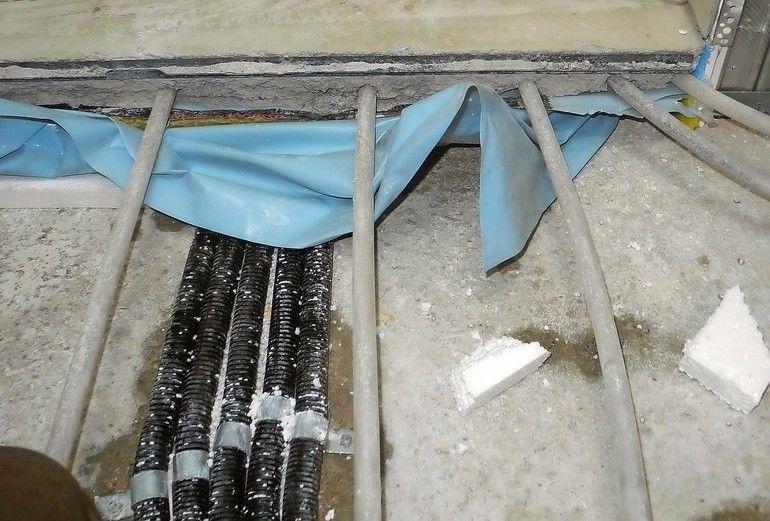 Im Interesse der Schimmelbekämpfung gilt es, feuchte Stellen unterem Estrich zu vermeiden