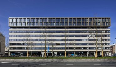 Das Jan Bommerhuis an der Wibaustraat im Amsterdamer Osten diente jahrelang als Fakultät der Hogeschool. 2018 verwandelte Architekt Hylke Zijlstra vom Büro Penta Architecten die einstige Bildungseinrichtung in ein Wohngebäude mit 162 Mietwohnungen.