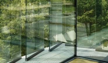 [4-6] Der Eingangsbereich in der Architekturfakultät ist wie auch die Arbeitsräume lichtdurchflutet. Die schräg vor die eigentliche Fassade gestellten Glastafeln sind Witterungs- und Sonnenschutz zugleich