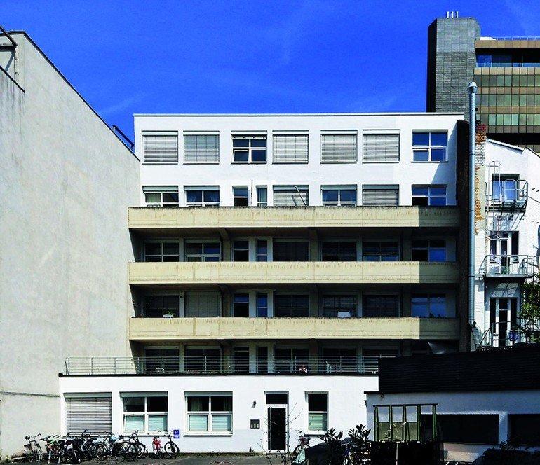 Fenster Zum Hof. Mehrfamilienhaus Und Kleiderfabrik In