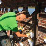 Tütchen unter den Einfüllöffnungen sorgen dafür, dassaustretendes PUR der Hohlraumdämmung nicht die Fassade verschmutzt