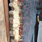 Die Hohlraumdämmung aus PUR-Schaum verklebt beide Mauerschalen miteinander