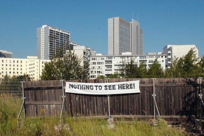 "Duitsland,_Berlijn,_17.9.2007_Deutschland,_Germany,_Berlin_Mitte._Bauzaun_mit_Transparent._""nothing_to_see_here"".__Foto:_Erik-Jan_Ouwerkerk"